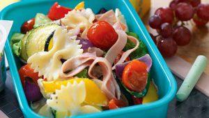 طرز تهیه سالاد پاستا با ژامبون و سبزیجات