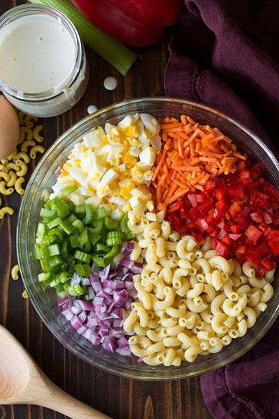 سالاد ماکارونی کلاسیک با سبزیجات رنگارنگ و سس رژیمی